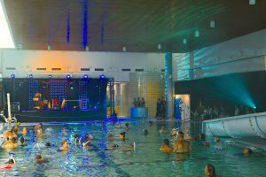 LIFE AQUATIC Kiehtova ja tuntematon vedenalainen maailma. Itämeren ja sisävesien ekologinen tasapaino taiteen lähtökohtana. Eri taiteen muotoja kokeellisesti yhdistävä Life Aquatic –teoskokonaisuus ottaa haltuun Rauman uimahallin 17.-20.8.2016. Life Aquatic koostuu vedenalaisista äänimaisemista, veden alla koettavista livekonserteista ja uima-altaaseen toteutettavasta veistotaidetta ja elävää vesiluontoa yhdistävästä visuaalisesta installaatiosta. Uimahalli tarjoaa elämyksiä niin veden alla kuin veden päällä aamusta iltaan. Iltakonserteissa on myös livemusiikkia, mukana muusikoita sekä Raumalta että Helsingistä.