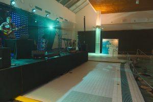 LIFE AQUATIC Petri Kuljuntausta, sähkökitara, vedenalaiset äänet, laptop Kiehtova ja tuntematon vedenalainen maailma. Itämeren ja sisävesien ekologinen tasapaino taiteen lähtökohtana. Eri taiteen muotoja kokeellisesti yhdistävä Life Aquatic –teoskokonaisuus ottaa haltuun Rauman uimahallin 17.-20.8.2016. Life Aquatic koostuu vedenalaisista äänimaisemista, veden alla koettavista livekonserteista ja uima-altaaseen toteutettavasta veistotaidetta ja elävää vesiluontoa yhdistävästä visuaalisesta installaatiosta. Uimahalli tarjoaa elämyksiä niin veden alla kuin veden päällä aamusta iltaan. Iltakonserteissa on myös livemusiikkia, mukana muusikoita sekä Raumalta että Helsingistä.
